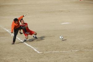 kiper Jakarta FC menghadang laju pemain Surabay FC