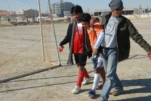 Salah satu pemain Cobra FC harus dipanggul keluar lapangan saat berhadapan dengan Fawazia